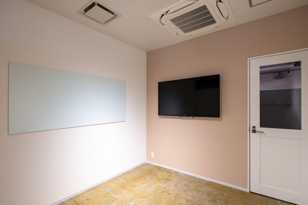 8人用貸し会議室には55インチモニター、ホワイトボードをご用意