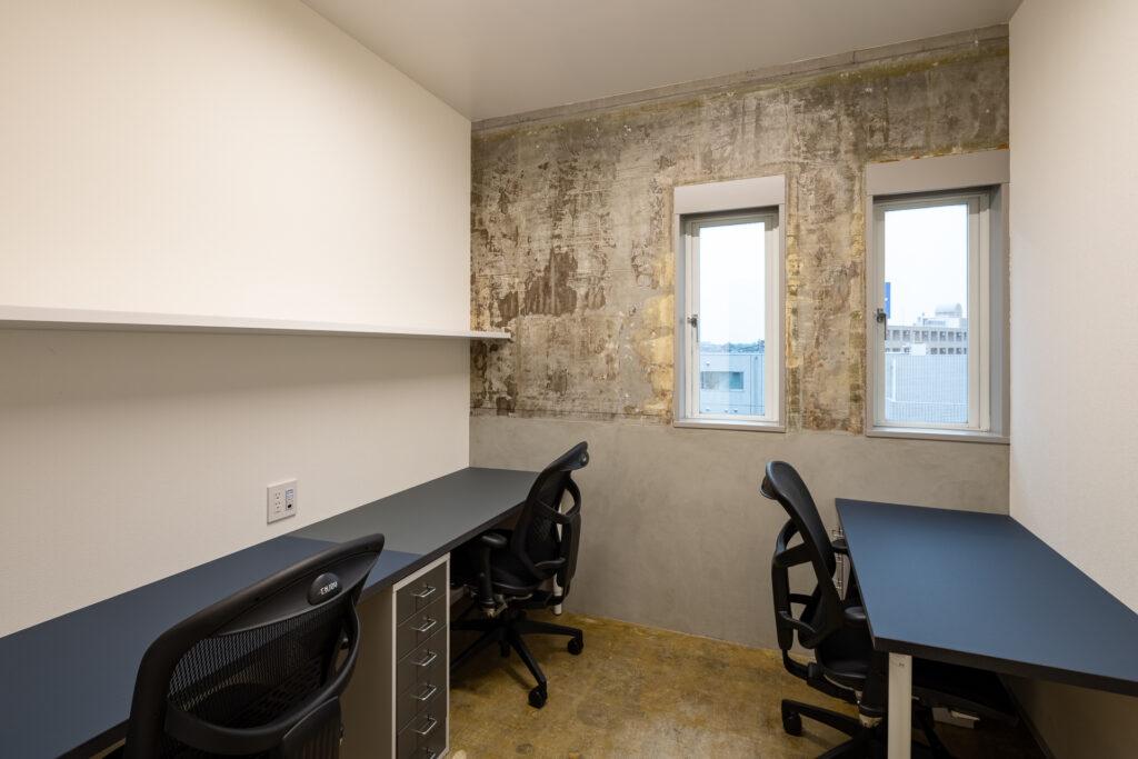 写真は3人用オフィス。全席エルゴヒューマン完備。